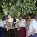 Femeile pregătesc de mâncare
