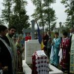 La mormantul Soldatului Necunoscut din tintirimul de la Glavanesti